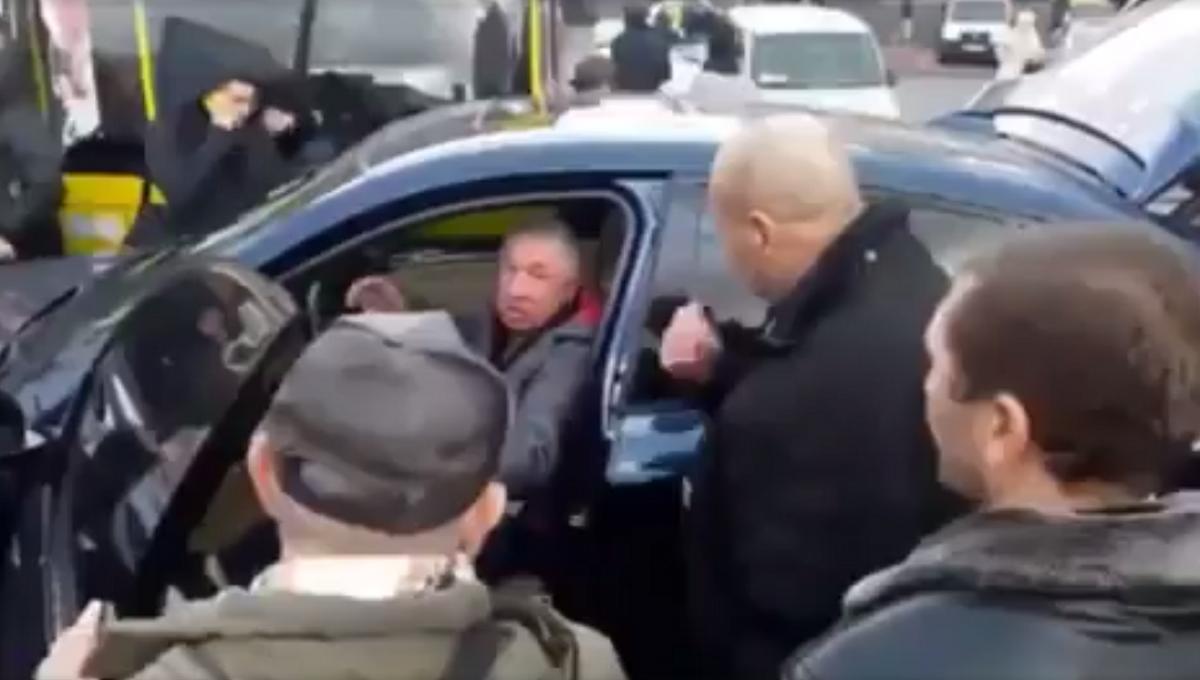 Водитель не подумал о последствиях, когда оставил машину посреди дороги и пошел за покупками / Кадр из видео