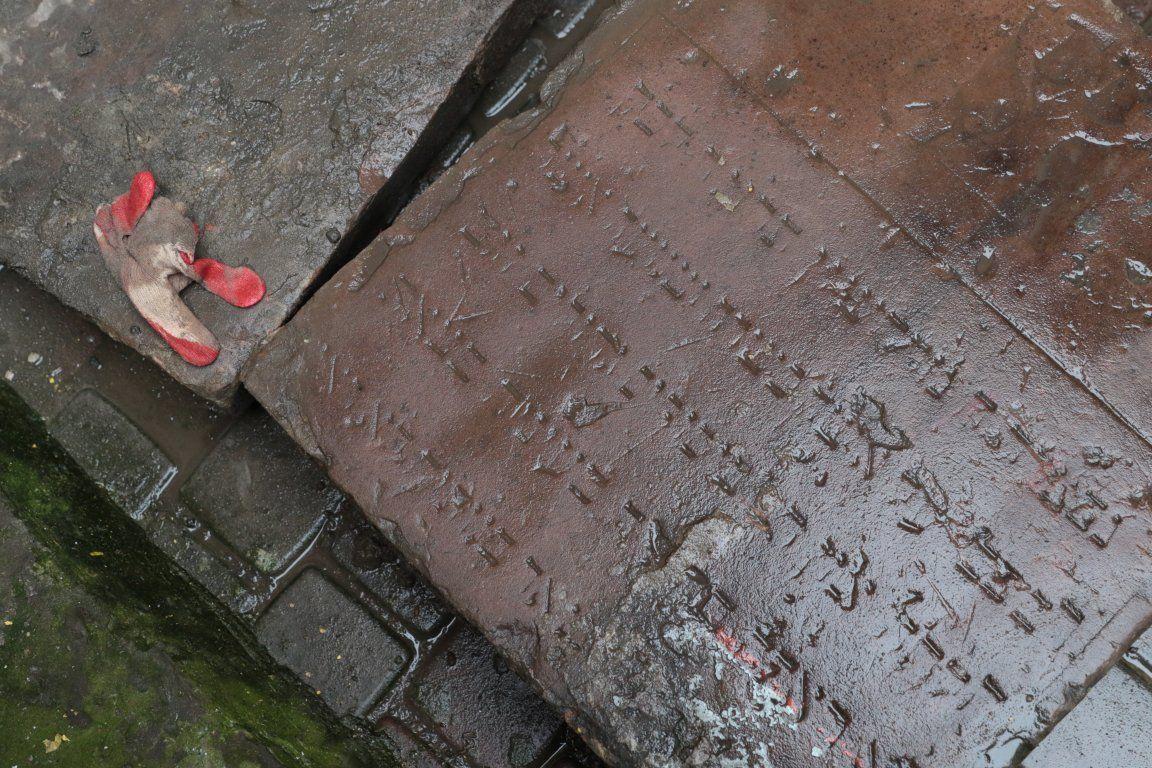 В дворике в центре Львова нашли древние еврейские надгробные плиты / zaxid.net