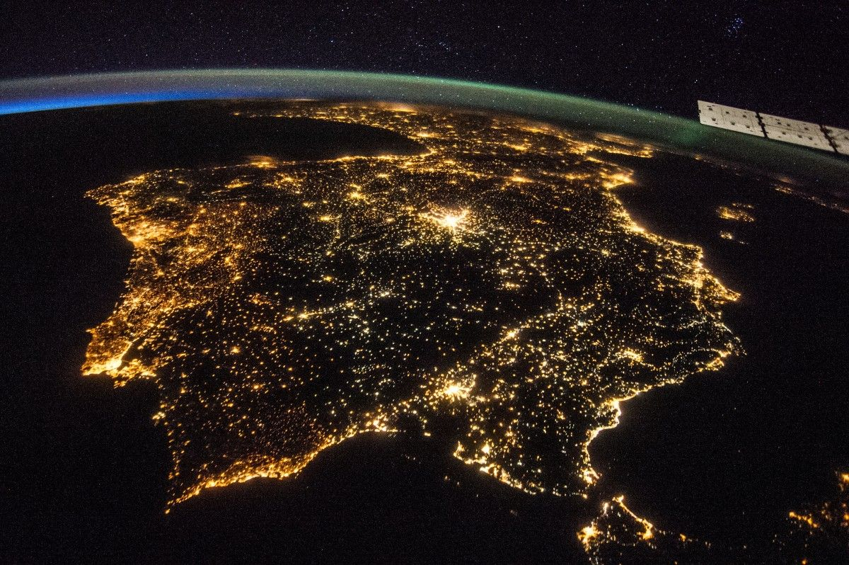 Година землі з космосу покаже, як вогні на вечірній стороні Землі згасають / фото NASA