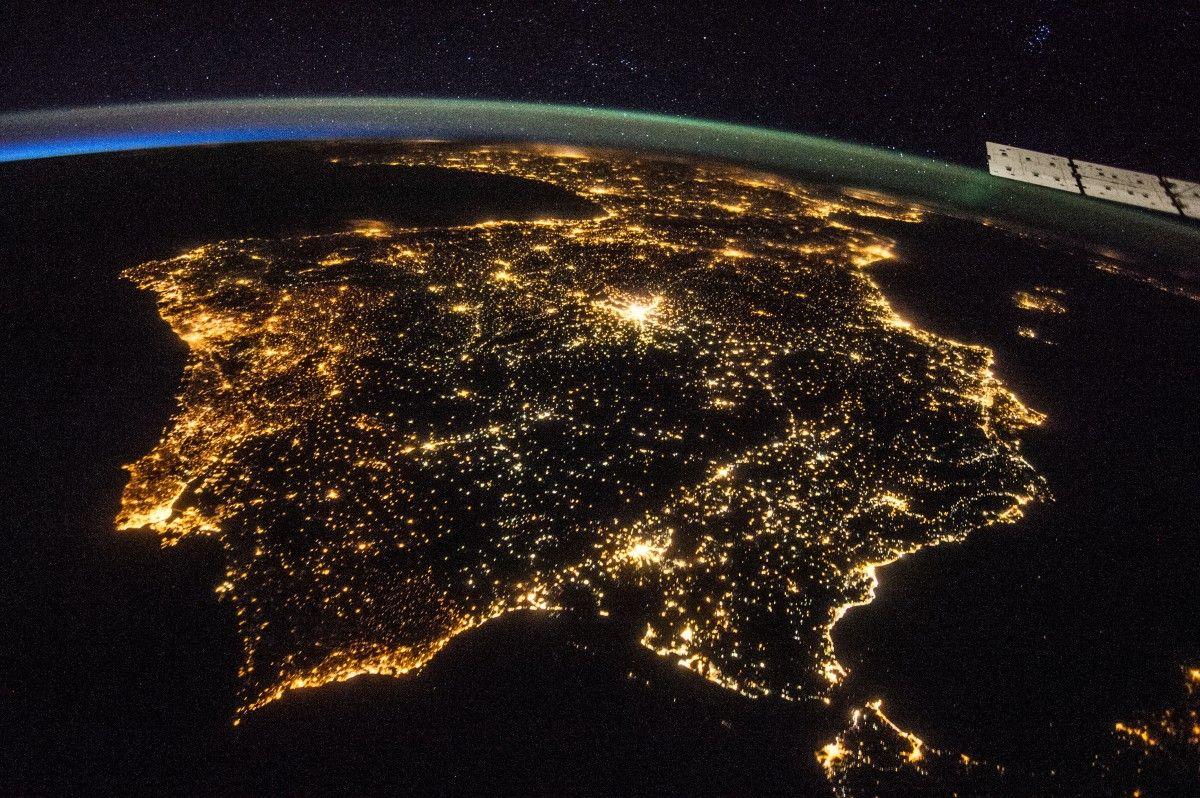 Земля может быть домом для внеземных артефактов / фото NASA