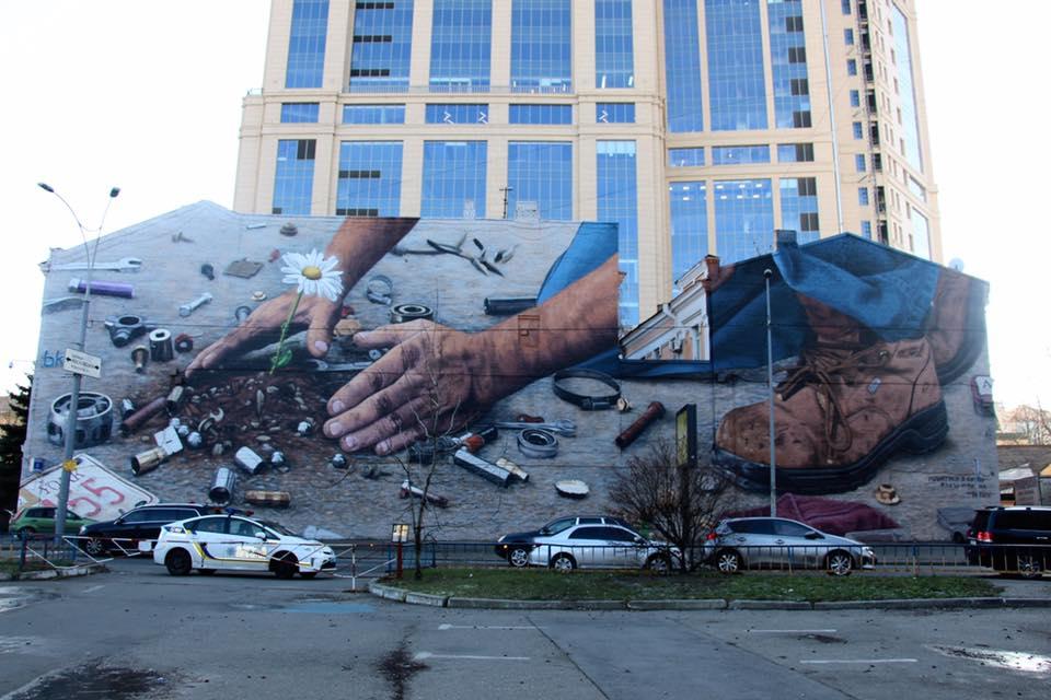 На стіні райвідділу поліції розквітла квітка / Фото facebook.com/geo.ya.1