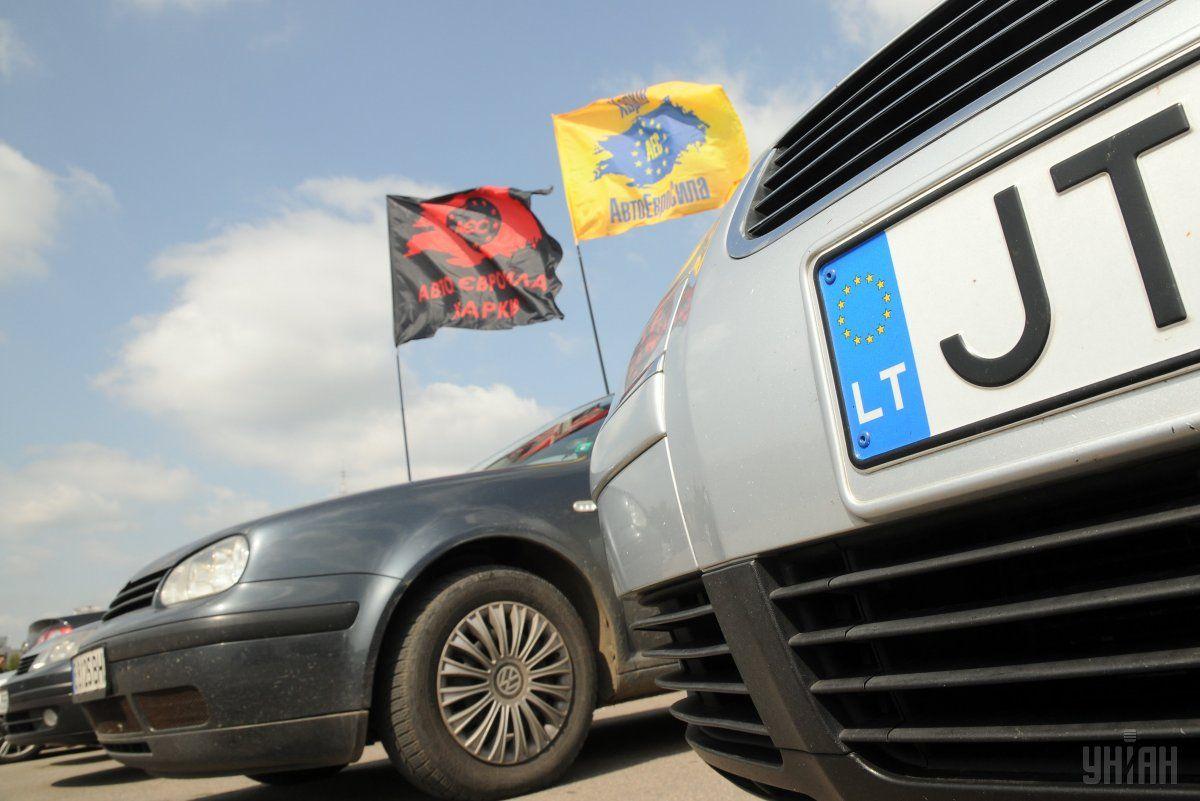 """Автомобили на """"евробляхах"""" уже заполонили правительственный квартал \ фото УНИАН"""