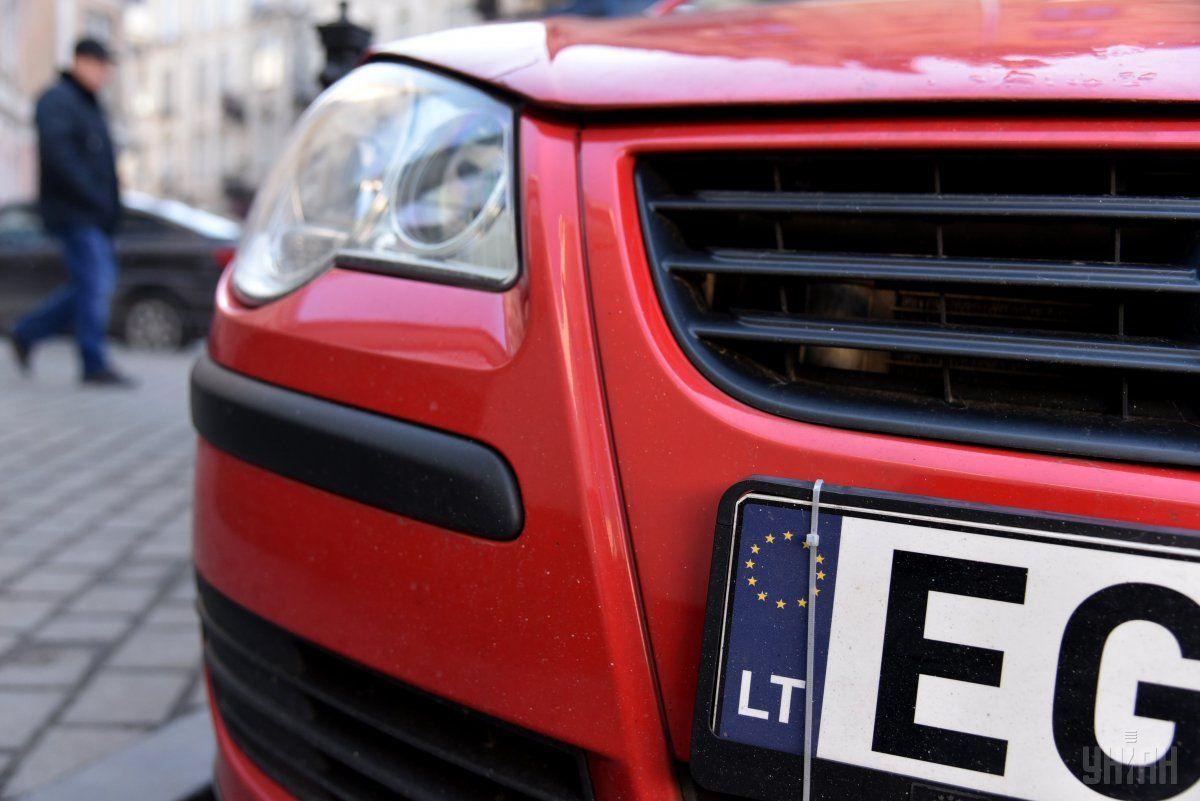 """Деяким водіям вигідніше покинути свою """"євробляху"""" за кордоном, ніж заплатити мито / фото УНІАН"""