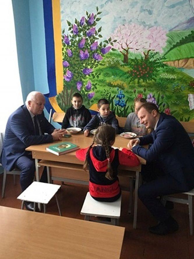 Кубів і Барна пообідали разом з учнями у шкільній їдальні / фото ТОДА