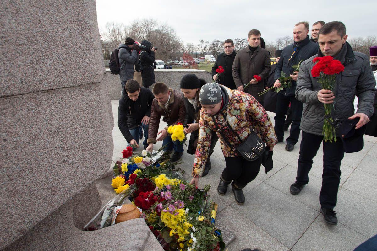 Містяни несли до меморіалу квіти  Фото: Олександр Лаур
