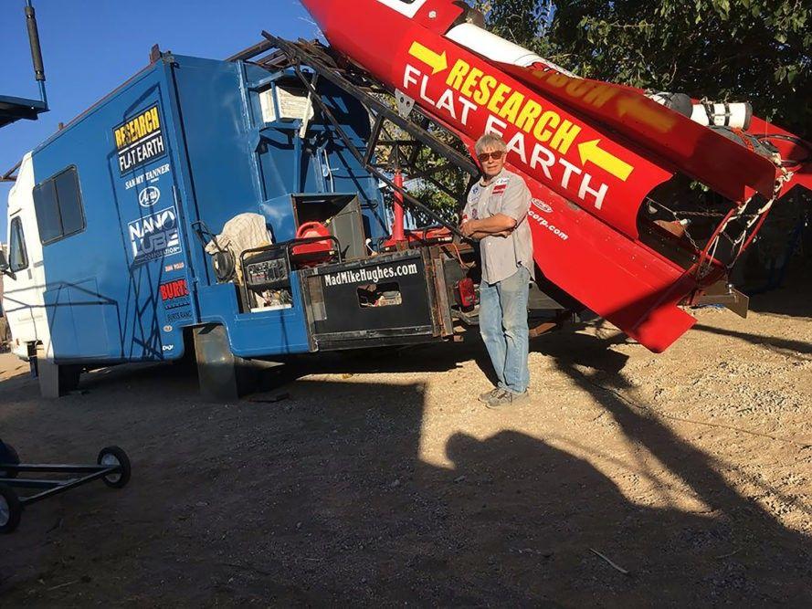 Американець Майк Г'юззі своєю саморобною ракетою / inhabitat.com