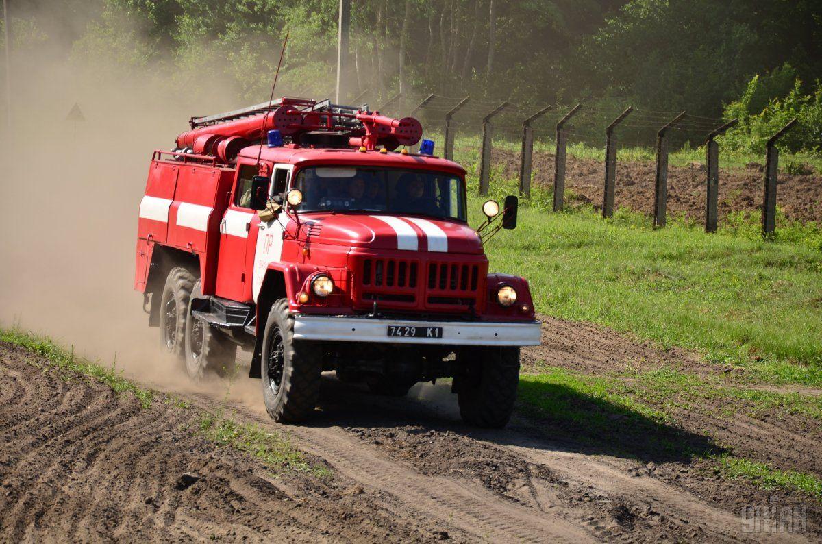 На Луганщині під час гасіння вогню підірвався пожежний автомобіль / фото УНІАН