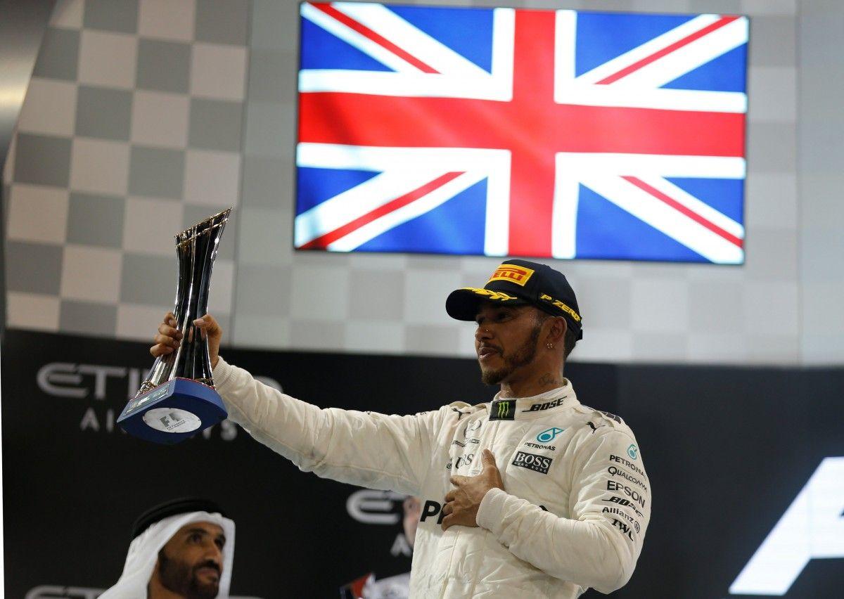 Льюїс Хемілтон святкує перемогу в сезоні / Reuters
