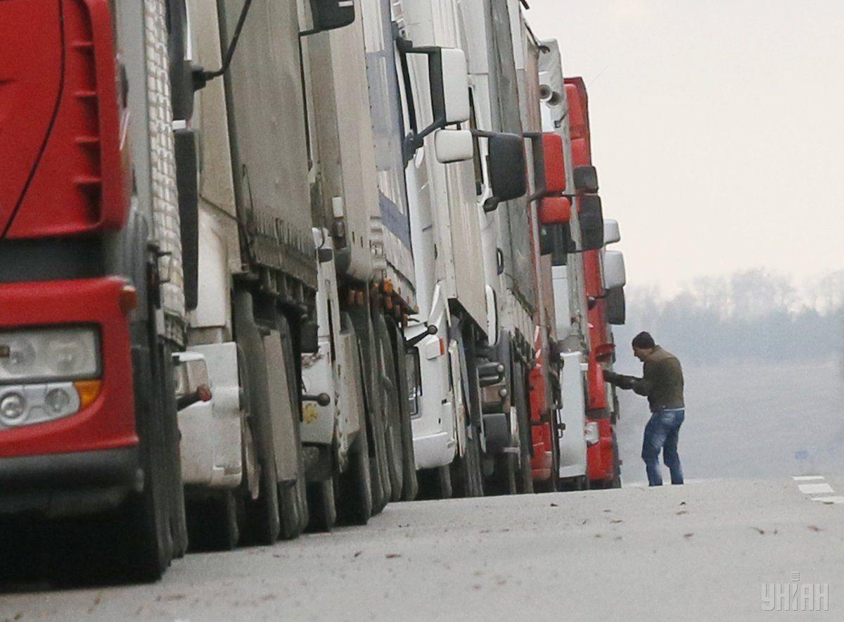 Пропуск грузовых транспортных средств якобы не осуществляется из-за неисправности оборудования / фото УНИАН