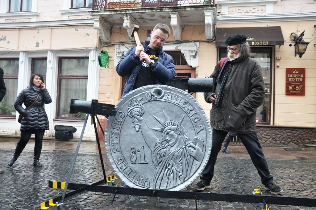 Пам ятник представлений у вигляді півметрової однодоларової монети a34189a53023f
