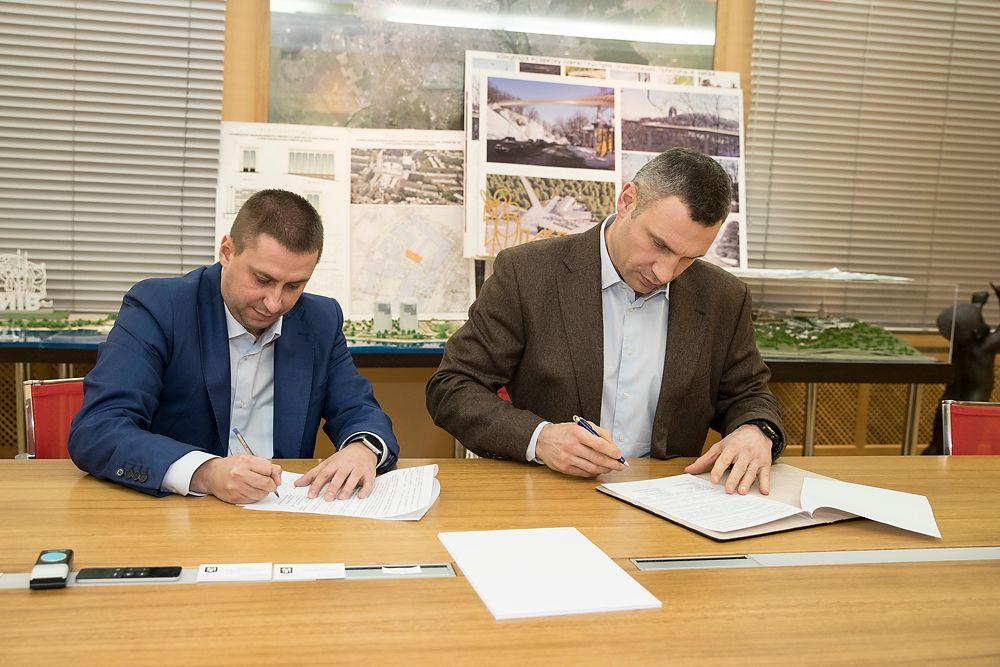 Кличко подписал с застройщиком меморандум по строительству на Сенном / фото kiev.klichko.org