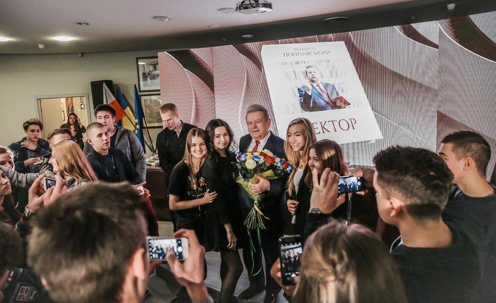 Гости поздравляли Поплавского с Днем рождения / фото centrumprasowe.pap.pl