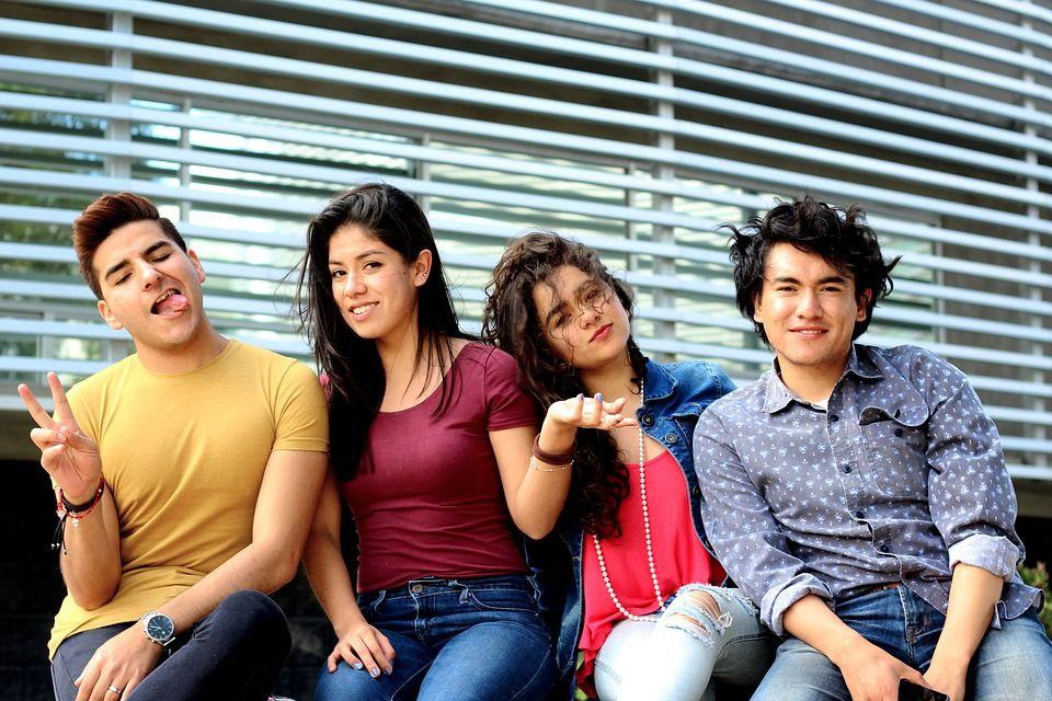 Підліткам важливо бути однією соціальною масою в однакових шапках, кросівках, кофтах / фото pixabay.com