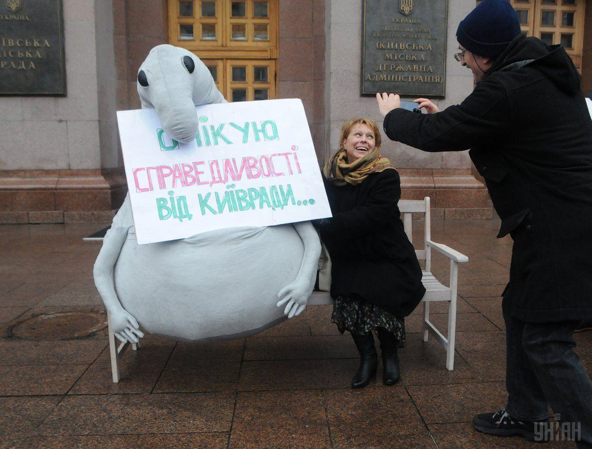 Под зданием мэрии Киева установили монумент Ждуну