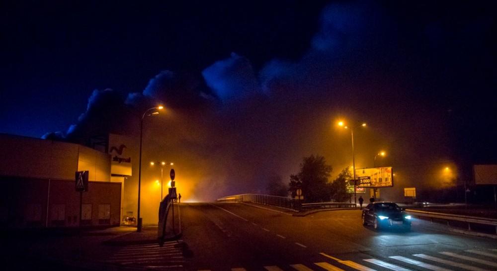 ВКиєві вночі сталася масштабна пожежа в гіпермаркеті (фото, відео)