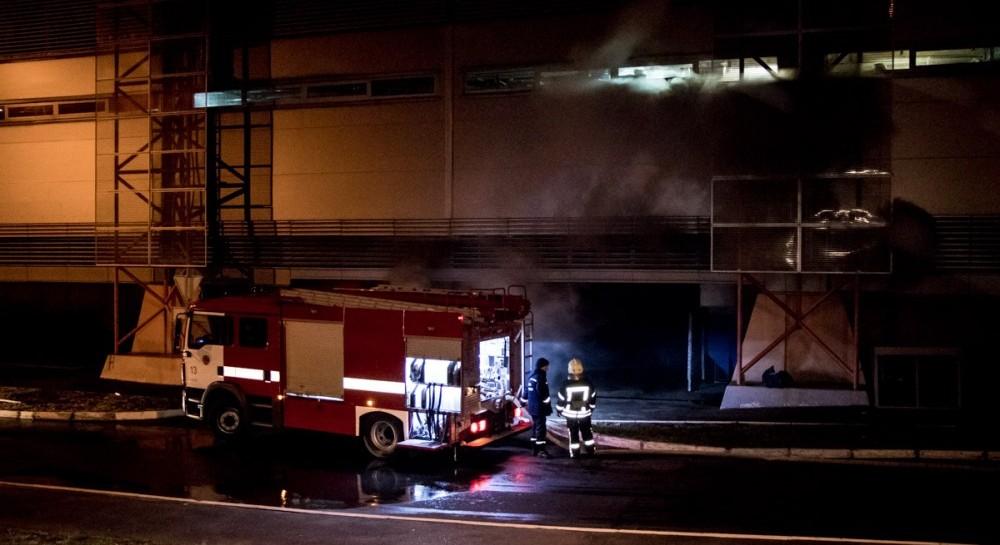 Дим розповсюдився на кілометри: вКиєві спалахнула масштабна пожежа у відомому гіпермаркеті