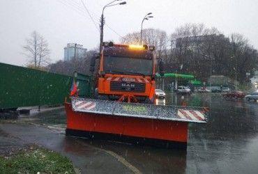 На дороги Києва виїхала снігоприбиральна техніка (відео)