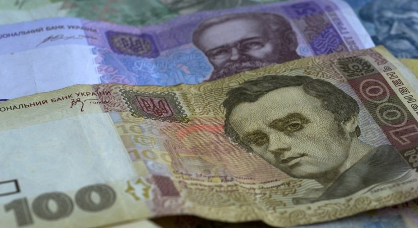 Валютні гойдалки тривають: гривня опустилася до 27,20 за долар