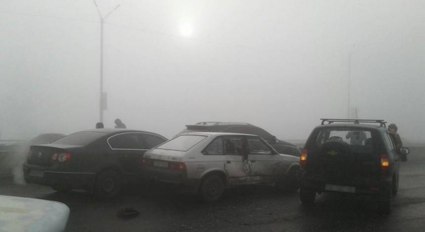 В Днепропетровской области из-за сильного тумана на мосту столкнулось сразу 10 машин (фото)