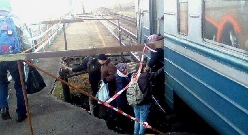 На Дніпропетровщині люди змушені чекати поїзд у ямі через обвал ж/д платформи (фото)