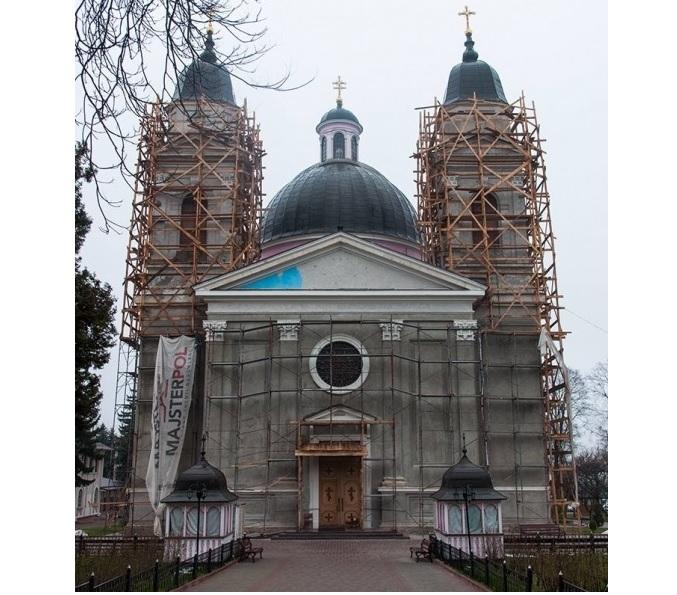 У Чернівцях кафедральному собору повертають первісний колір / promin.cv.ua