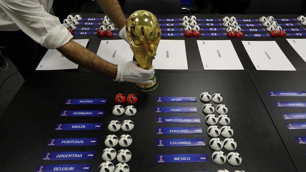 32 команды были распределены по 8 группам / fifa.com