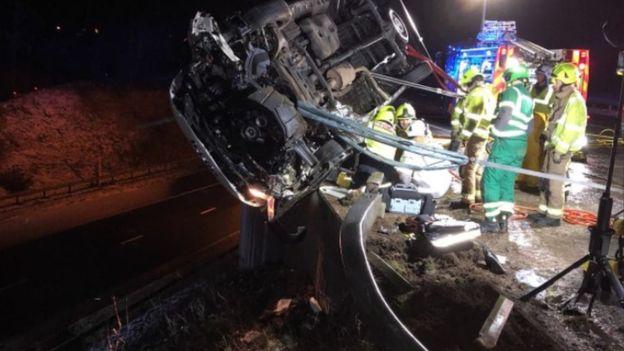 Водитель не мог выбраться из фургона / Фото West Yorkshire Fire and Rescue Service