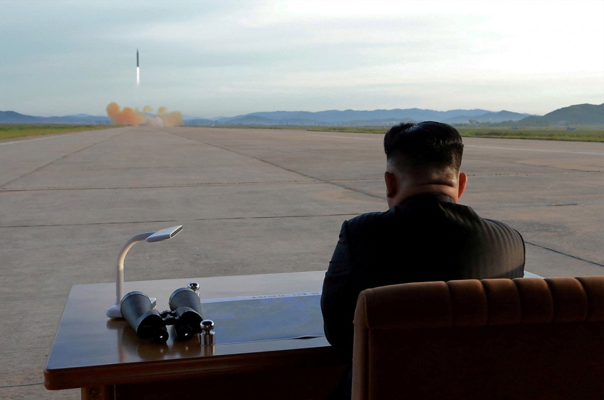 Ким Чен Ын наблюдает за запуском ракеты / REUTERS