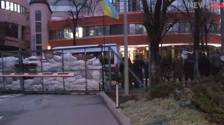 Неизвестные заблокировали вход в здание телеканала NewsOne в Киеве / скрин видео