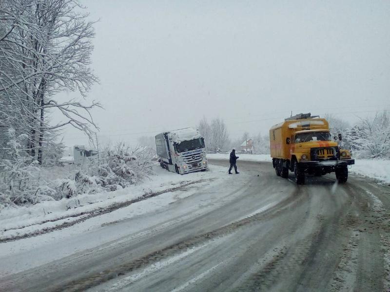 Спасатели Львовской области помогают водителям / фото dsns.gov.ua