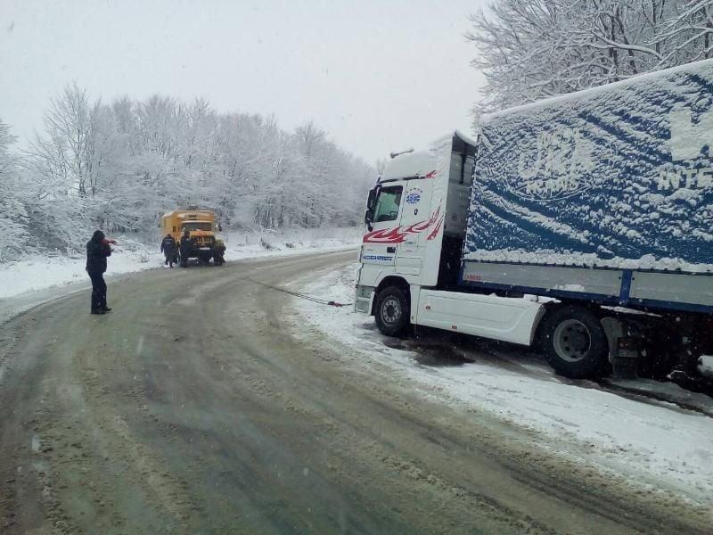 Спасатели вытаскивают грузовик / фото dsns.gov.ua