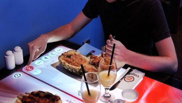 Сенсорная доска используется как меню и подставка для еды / скриншот УНИАН