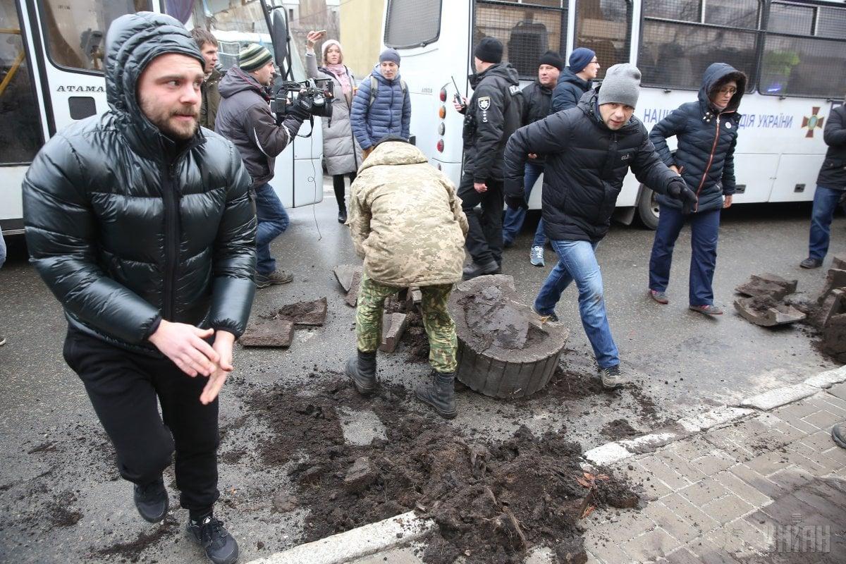 Прихильники Саакашвілі розбивають клумби / фото УНІАН