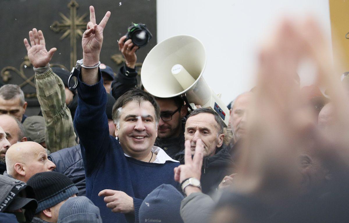 Саакашвили вИВС передадут медикаменты итеплые вещи: простыл накрыше