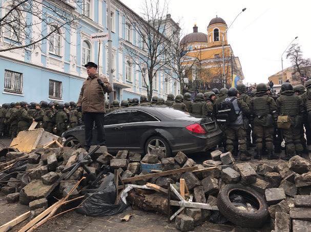 Шевченко перекрыл своим авто улицу / фото facebook.com/ievgen.shevchenko.7