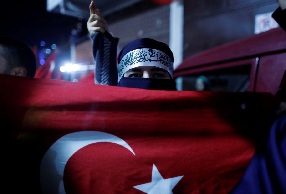 Протестующий в Стамбуле / REUTERS