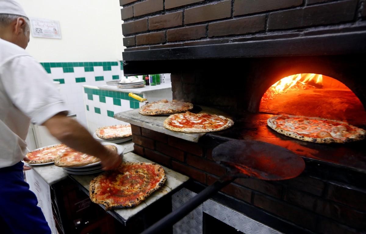 Приготовление пиццы в Неаполе / REUTERS