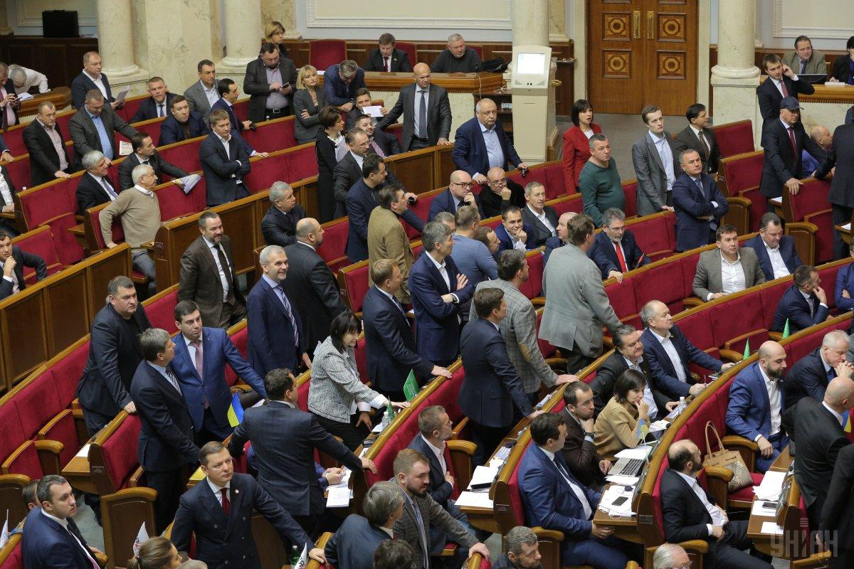 Сегодня депутаты вместе с надбавками получают около 16 тыс. грн / фото УНИАН