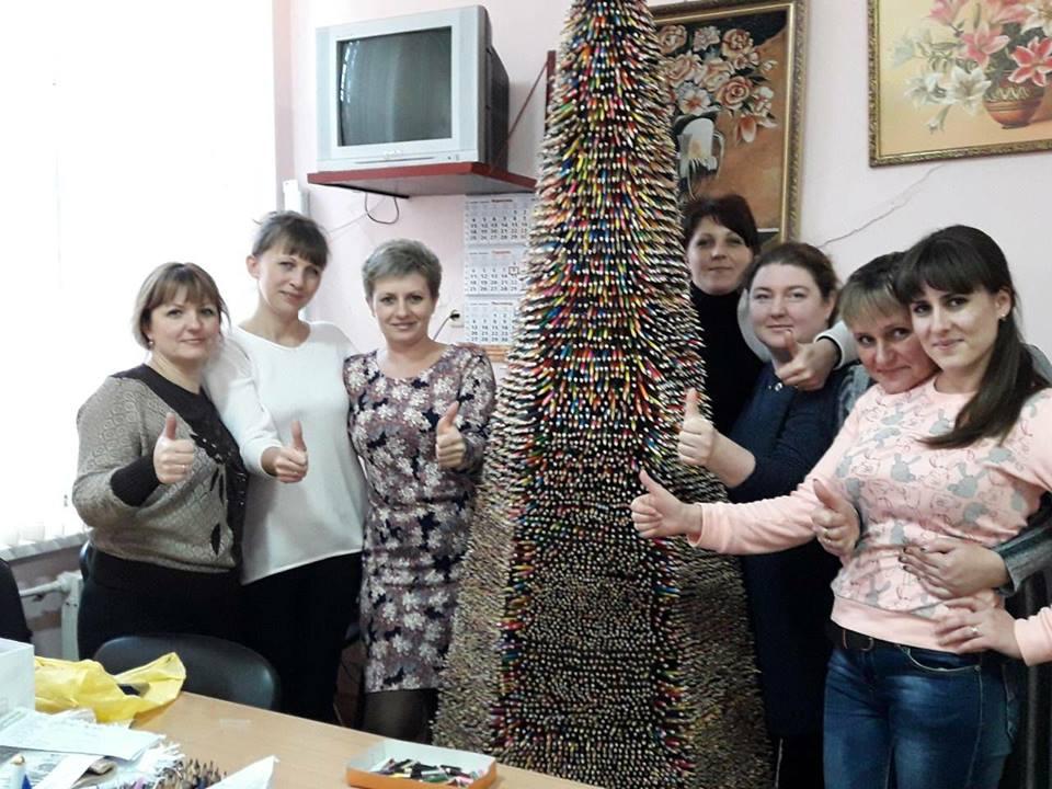 Двухметровую елку из карандашей сделали в Одесской области / фото Facebook Людмилы Прокопечко