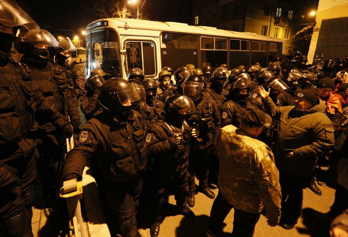 Правоохранители возле СИЗО, куда привезли Саакашвили / REUTERS