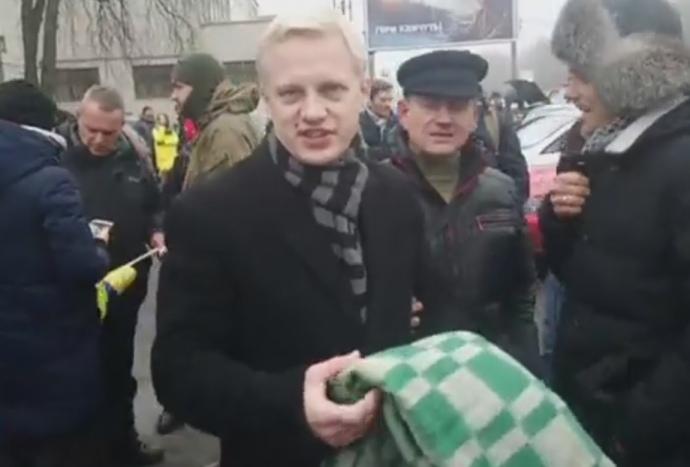 «Ира, вынеси козла»: под домом Луценко оставили клетчатое одеяло