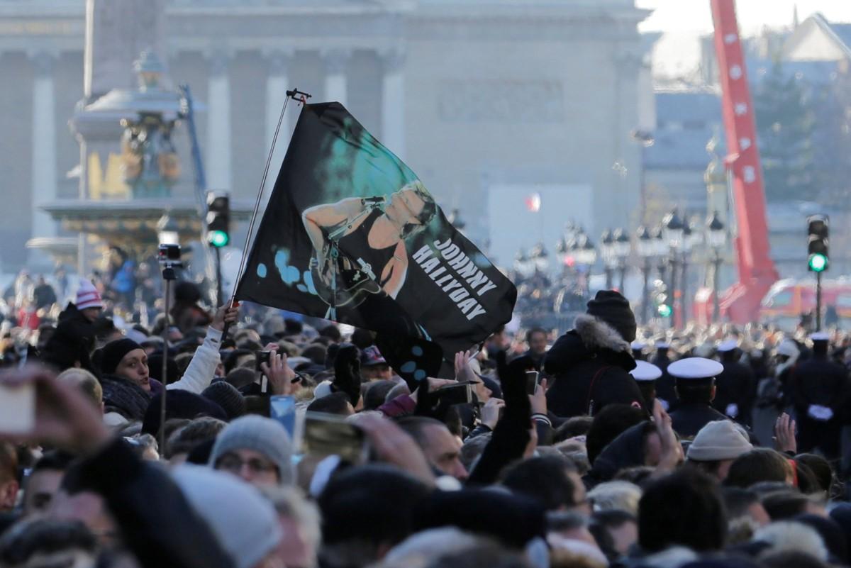 Тысячи парижан вышли наулицы города, чтобы попрощаться срок-звездой Джонни Холлидеем