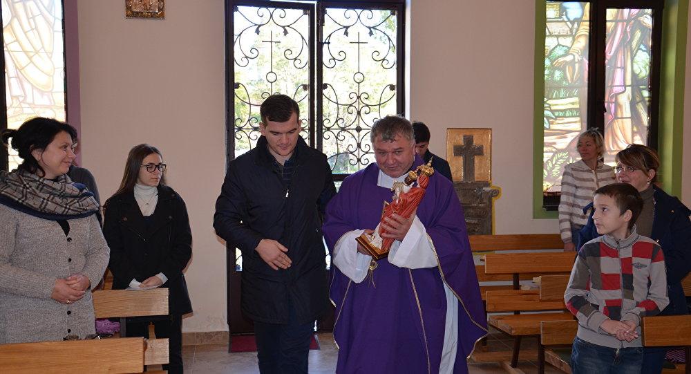 Статуэтку Мадонны из Италии передали католическому приходу Сухума / sputnik-abkhazia.ru