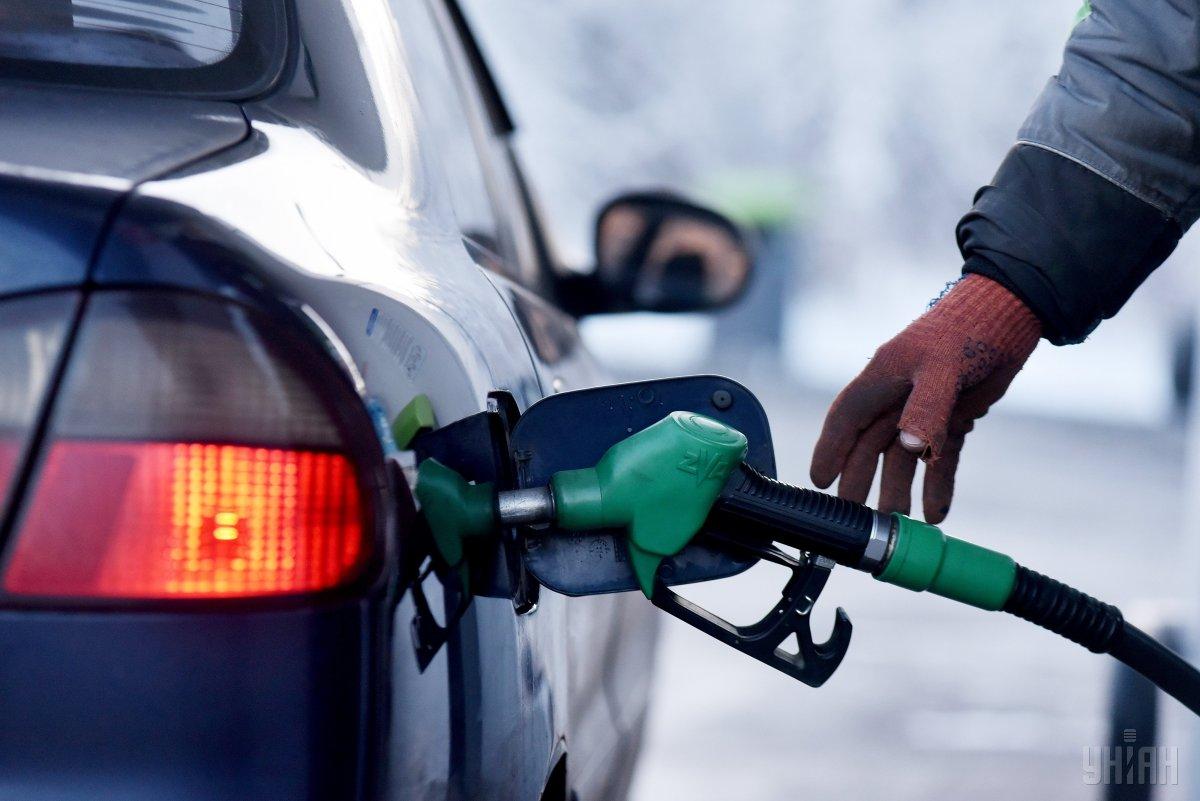 """Низка АЗС тимчасово припинили продаж """"преміальних"""" марок бензину й дизельного палива / фото УНІАН"""