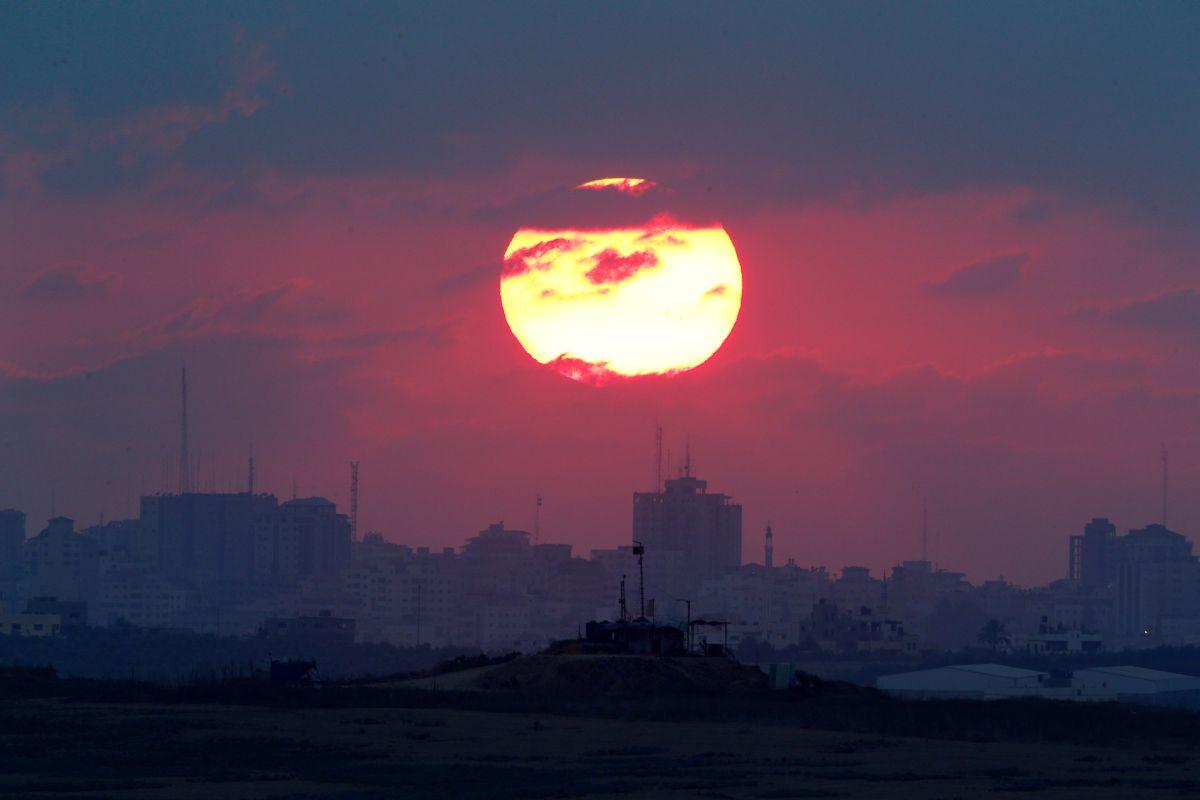Заход солнца над Сектором Газа, иллюстрация / REUTERS