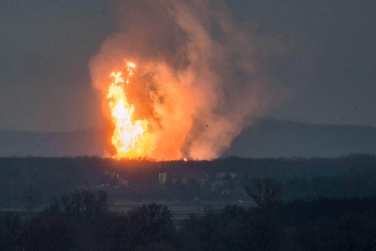 Стовп вогню після вибуху  / REUTERS