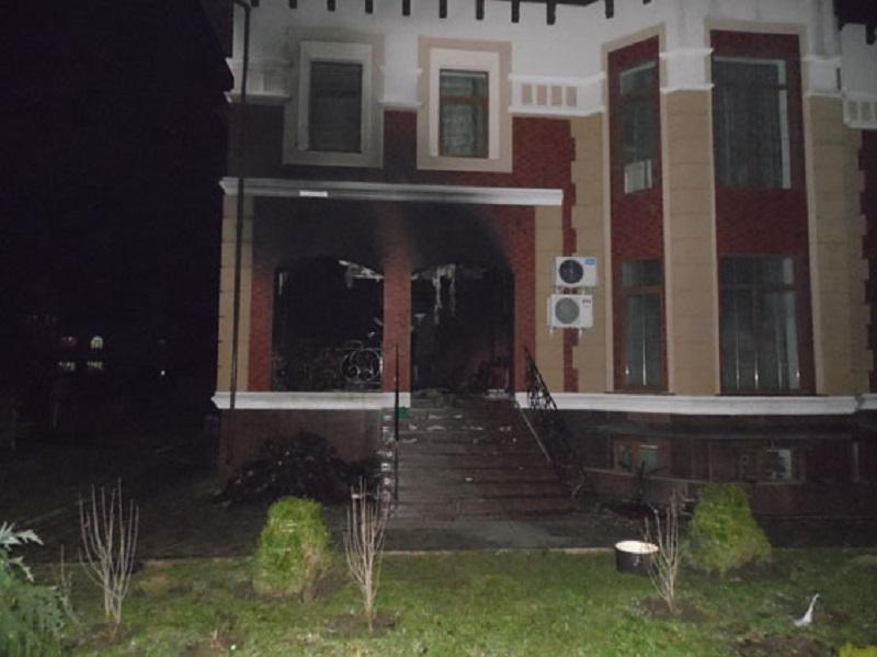 Огонь также повредил часть дома / Фото rv.npu.gov.ua