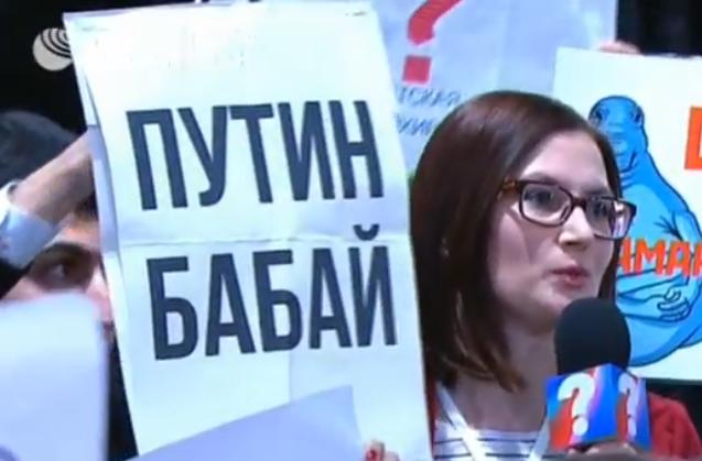 На плакате написано