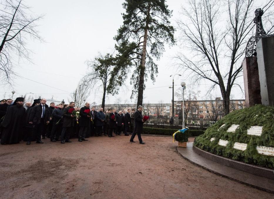 Президент возложил цветы к памятному знаку