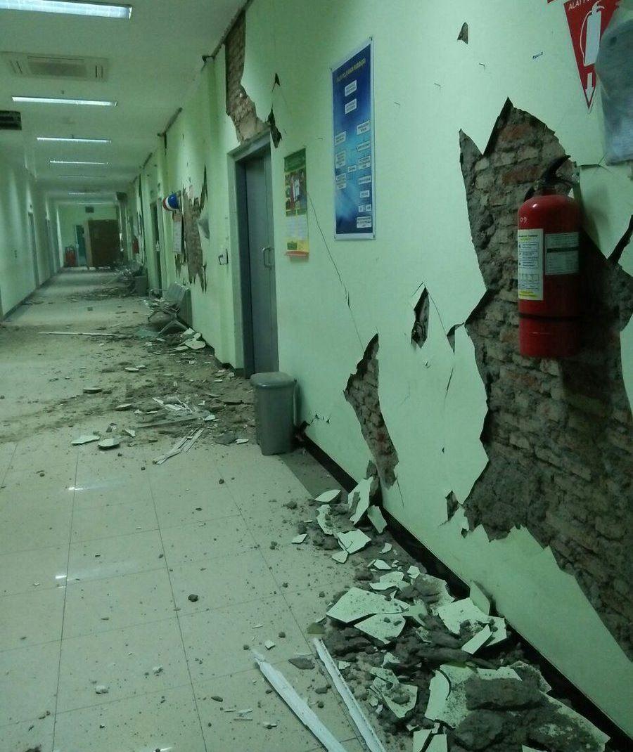 В лікарні через землетрус обсипалися стіни і стеля / фото twitter.com/Sutopo_BNPB